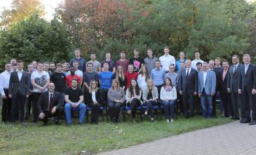 Die erfolgreichen Absolventen (Auszubildende und DHBW Studenten) von KERN-LIEBERS 2017 mit Vertretern der Geschäftsleitung, Ausbildung und des Betriebsrats