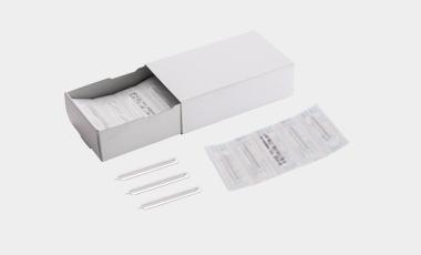 Blut- und Allergielanzetten für den medizinischen Einsatz wie z.B. für die Kapillar-Blutentnahme oder Prick- bzw. Scratchtests. Hergestellt im Reinraum.