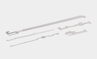 Sinkers und sonstige Komponenten für Großrundstrickmaschinen.